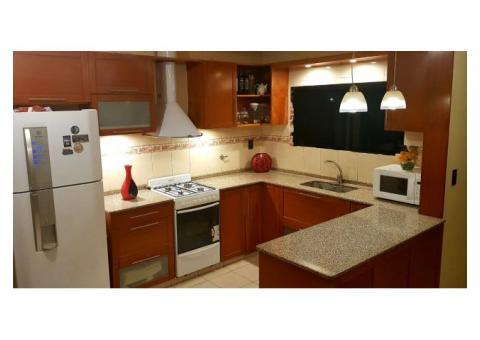 Mueble de cocina con marmol incluido.